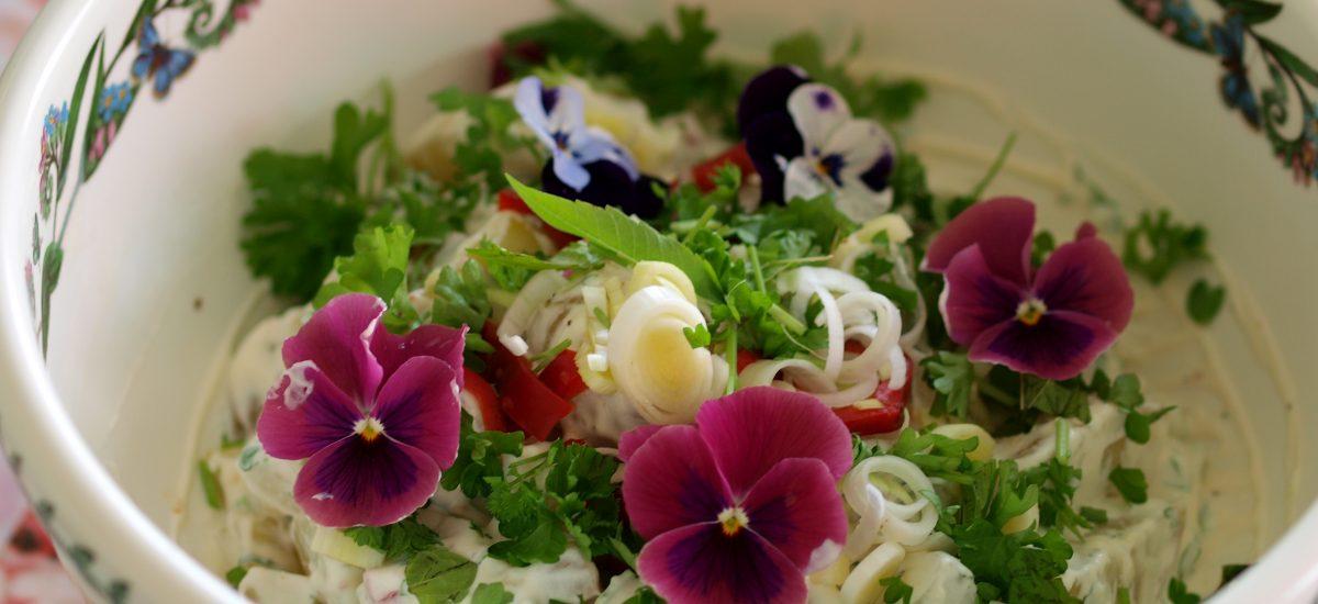 Verden beste potetsalat og nye blomkål i salaten